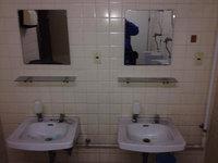 店舗トイレクリーニング 洗面所 堆積した黒い水垢