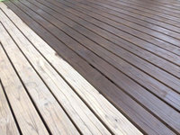 鹿児島市 ウッドデッキ再塗装 下地調整後の塗装作業中 おそうじ本舗鹿児島西田店