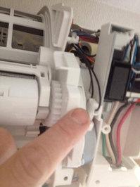 自動お掃除機能付きエアコンクリーニング 分解中 配線処理
