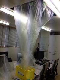 鹿児島市内 オフィス 業務用天カセ4方向エアコンクリーニング 作業中