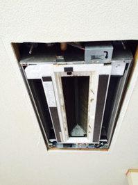 鹿児島市 家庭用天井埋め込み型2方向エアコン クリーニング 分解作業中