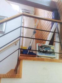 階段高所に設置されたエアコンクリーニング