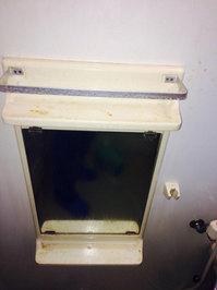 浴室、洗面所クリーニング 鏡周辺洗浄中 鹿児島市