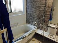浴室クリーニング 壁面水垢除去作業中 女性スタッフ