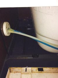 浴室クリーニングエプロン内 カビ汚れの洗浄作業中 鹿児島市