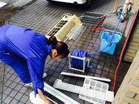 店舗業務用エアコン清掃クリーニング 女性スタッフ 部品洗浄中 鹿児島市郡元