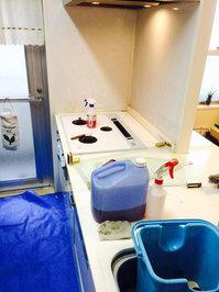 キッチン周り、浴室他清掃クリーニング 台所キッチン作業中 分譲マンション 鹿児島市小松原方面