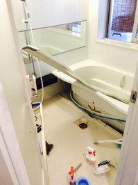 キッチン周り、浴室他清掃クリーニング 浴室のクリーニング作業中 分譲マンション 鹿児島市小松原方面