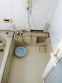浴室トイレ清掃クリーニングと、浴室防カビコーティング 浴室クリーニング前汚れ② 戸建20年以上 鹿児島市喜入町方面 おそうじ本舗鹿児島西田店