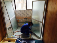 (20年物浴室の強烈な水垢と格闘中の女性スタッフ)戸建まるごと4ldk、キッチン鏡面仕上げ、キッチン収納部害虫処理仕上げ 鹿児島県日置市方面 おそうじ本舗鹿児島西田店