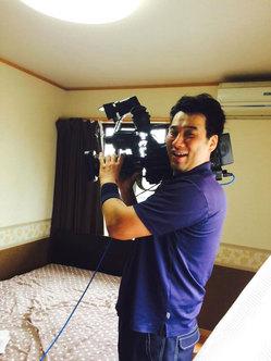 2015年5月KYT鹿児島読売テレビ番組「かごピタ」撮影・出演 カメラを持ってはしゃぐ私 おそうじ本舗鹿児島西田店
