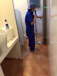 定期清掃 オフィス 床剥離(ハクリ) ワックス 鹿児島市内 トイレ床ワックス剥離中