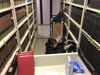 女性スタッフの作業風景 鹿児島大学付属図書館 書籍カビ除去クリーニング