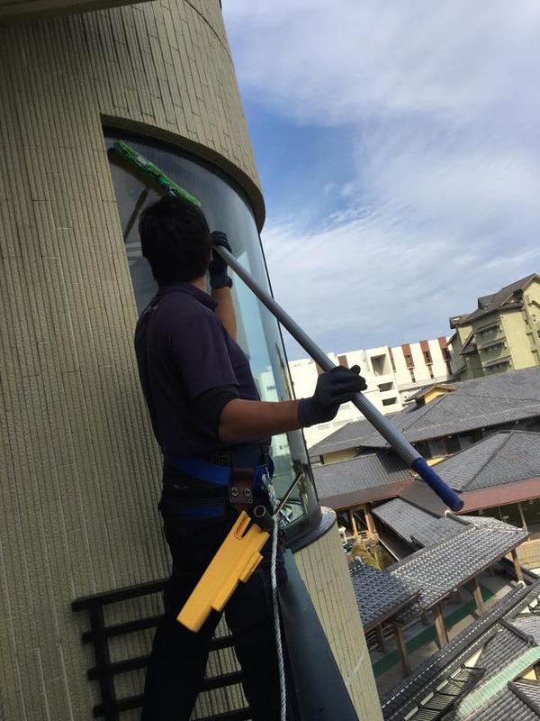 窓ガラス洗浄クリーニング中 年末恒例 指宿白水館ホテル 全窓定期清掃クリーニング