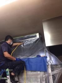 厨房用業務用エアコンの分解洗浄中 お得意様 人気パン屋さん 業務用エアコン定期分解洗浄クリーニング 鹿児島市