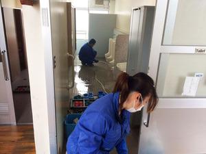 (大規模)小学校 全トイレ尿石除去消臭サービス 作業中1 鹿児島市平川町方面