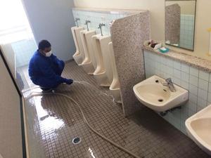 (大規模)小学校 全トイレ尿石除去消臭サービス 作業中2 鹿児島市平川町方面